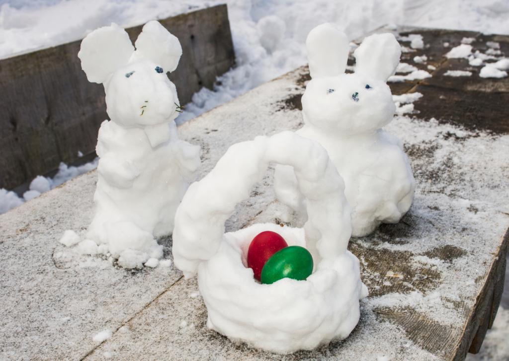 Pääsiäispupu lumesta tehtynä